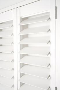 Timber_Plantation_Shutters_Hinged_D-Mould_Z-Frame_Hidden-Architrave_White_Hidden-Control